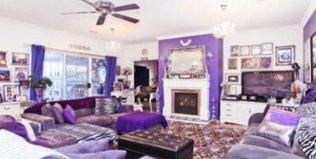 В този дом ужасно са прекалили с лилавото. Въпреки това, през септември 2011 къщата бе продадена за 625 000 долара...