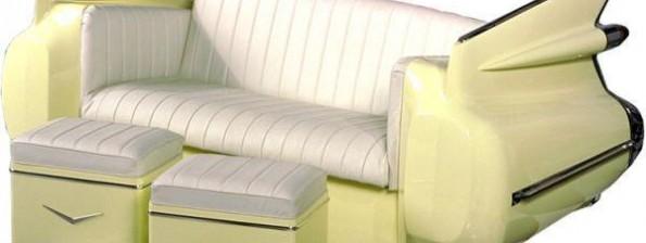 """Диван и столове от Кадилак 1959 г. Повечето дивани от автомобили са предвидени да стоят залепени за стената, но този удобен и красив автомобилен екземпляр е съвсем различен: в задната му част са перките на стоповете, а седалките са в предната. Диванът изглежда елегантен от всички страни и може да стои в центъра на голяма стая. Той е направен от задницата на Кадилак от 1959 г. и е дело на компанията """"Винтидж Вендинг"""". Комплектът включва две табуретки."""