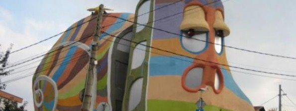 """София /КРОСС/ Къща-охлюв в столичния квартал """"Симеоново"""" оглави класацията на международния сайт Strangebuildings.com за най-причудливи сгради в света. Ексцентричната постройка изпревари в открито гласуване (с почти 2000 гласа) емблематични сгради като катедралата """"Саграда фамилия"""" в Барселона, Атомиума в Брюксел и националния стадион на Китай, наричан още Гнездото заради формата му."""